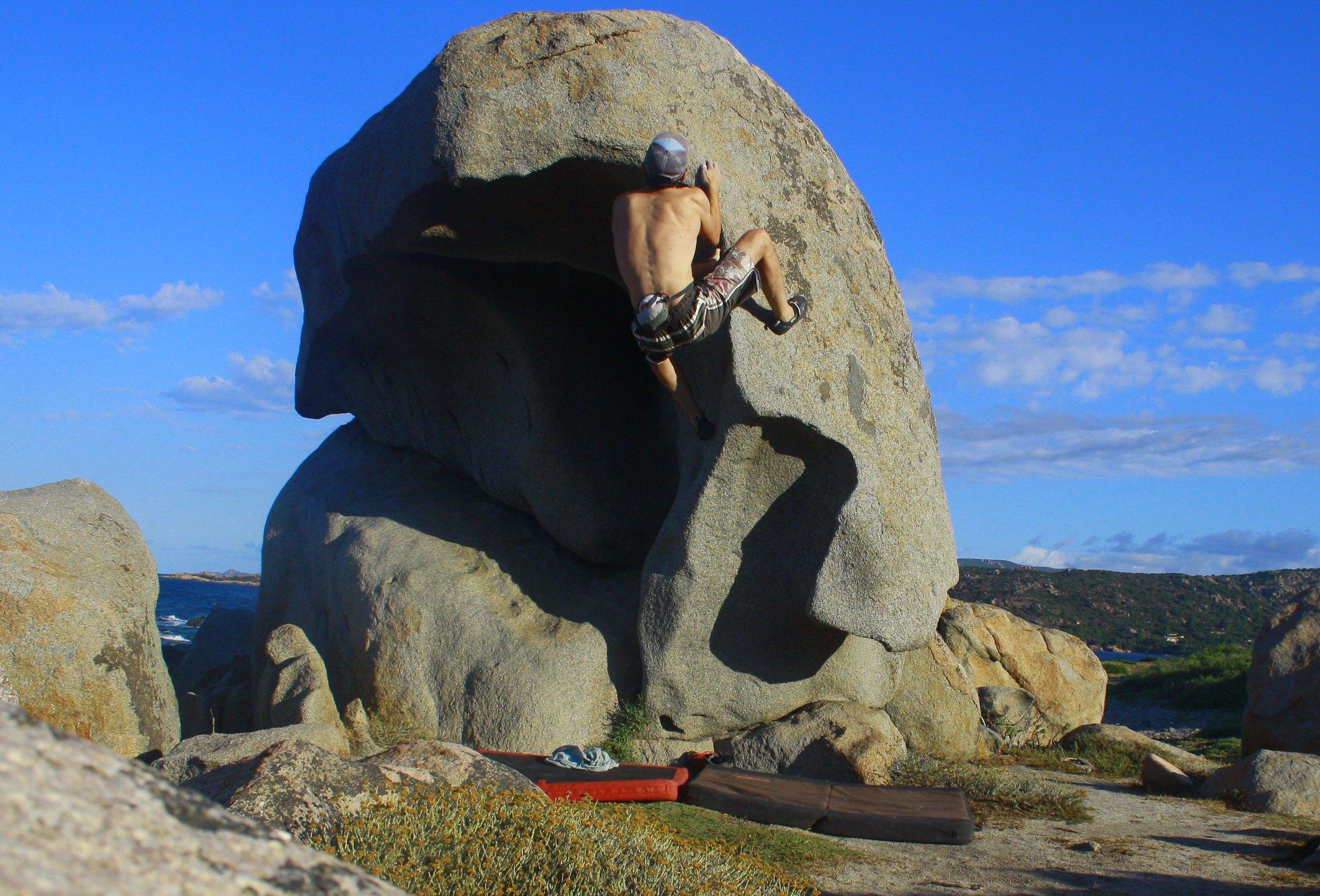 Bouldering a PUNTA CAPINERU - Scarica la Topo! | EpicTV